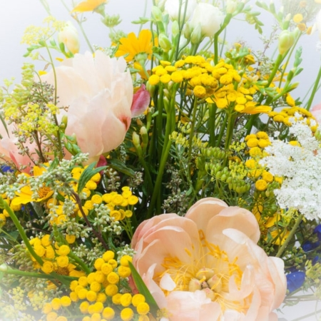 Geltona lauko gėlių puokštė iš arti