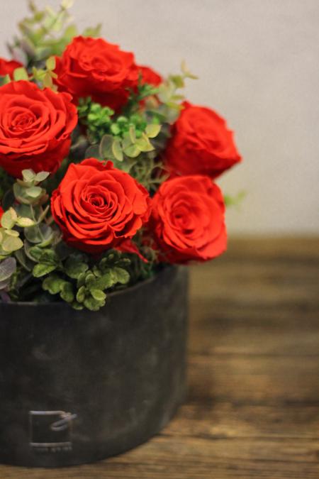 Stabilizuotos rožės dėžutėje