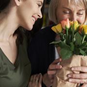 Motinos rankos guodžia labiau nei kitos