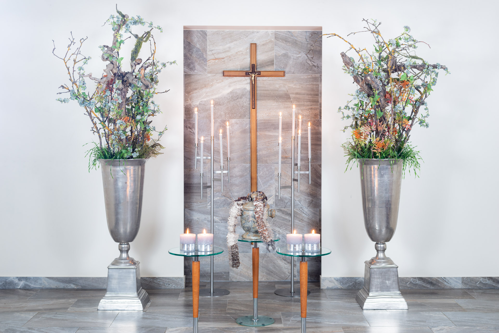 Gedulo floristika - šarvojimo salės dekoras su urna
