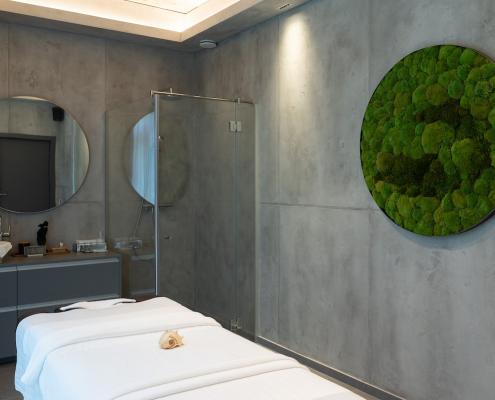ESĖ SPA masažo kambarys su ritos gėlių sukurtu samanų paveikslu.